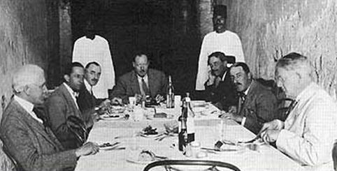 De gauche à droite : James Breasted, Harry Burton, Alfred Lucas, Arthur Callender, Arthur Mace, Howard Carter et Alan Gardiner