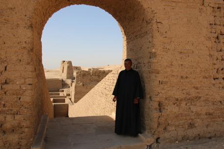 Farag à l'entrée de la tombe de Pabasa