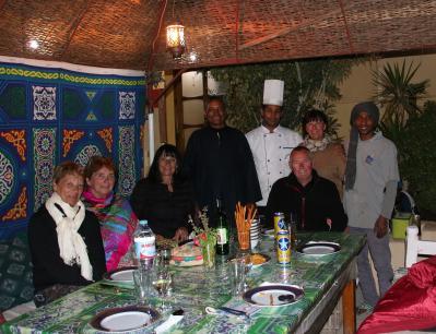 Repas de fin de séjour sur la terrasse avec Farag, Abdou le cuisinier et Ahmed toujours serviable et souriant.
