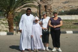 Mohamed et les Zakidous devant les colosses de Memnon