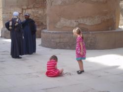 Les petites filles étaient très occupées à jouer avec des cailloux et le reste n'avait pas d'importance