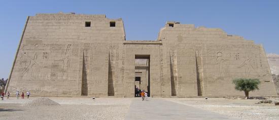 le pylône de 63m du temple
