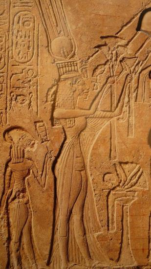 La robe de Nefertiti n'a qu'une manche (à moins que ce soit un châle).