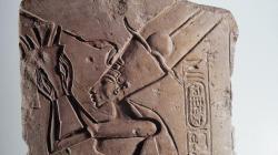 Nefertiti coiffée du mortier, agrémenté de rubans.