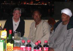 Raymond, Rajab et Rifaï sur la terrasse de la villa KV1 de Louxor.