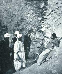 Visite de Gaston Maspero (au centre) avec Mohammed adb el Rassul (en blanc)