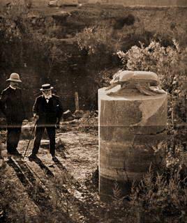 n janvier 1912, l'illustre compositeur français, Camille Saint-Saens guidé l'égyptologue Georges Legrain photographié ici devant le Scarabée géant en granit rose de Karnak découvert en février 1873 devant le Vicomte de Vogüé.