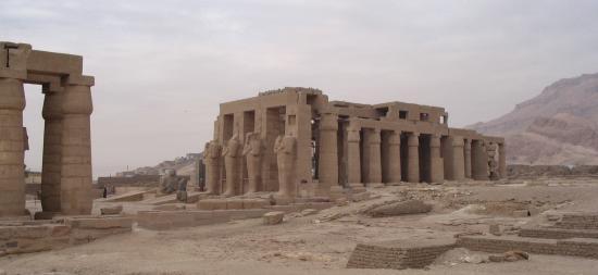 Vue d'ensemble des restes du temple