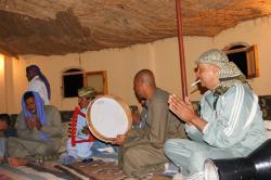 Les musiciens et danseurs bédouins vous accueillent sous leur grande tente.