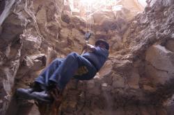 Dr Zahi Hawass dans le puit.