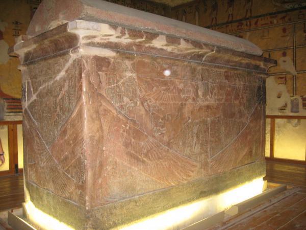 Le sarcophage externe en quartzite du roI.