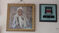 Hussein Abdel Rassoul portant son cadre avec son collier étant enfant