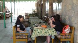 La terrasse ombragée du Resthouse du Ramesseum où il est bon de déguster une petite bière.